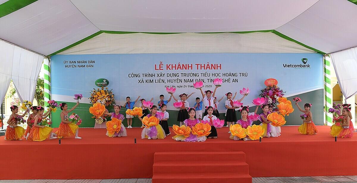 Các em học sinh Trường tiểu học Hoàng Trù biểu diễn trong lễ khánh thành trường mới. Ảnh: Vietcombank.
