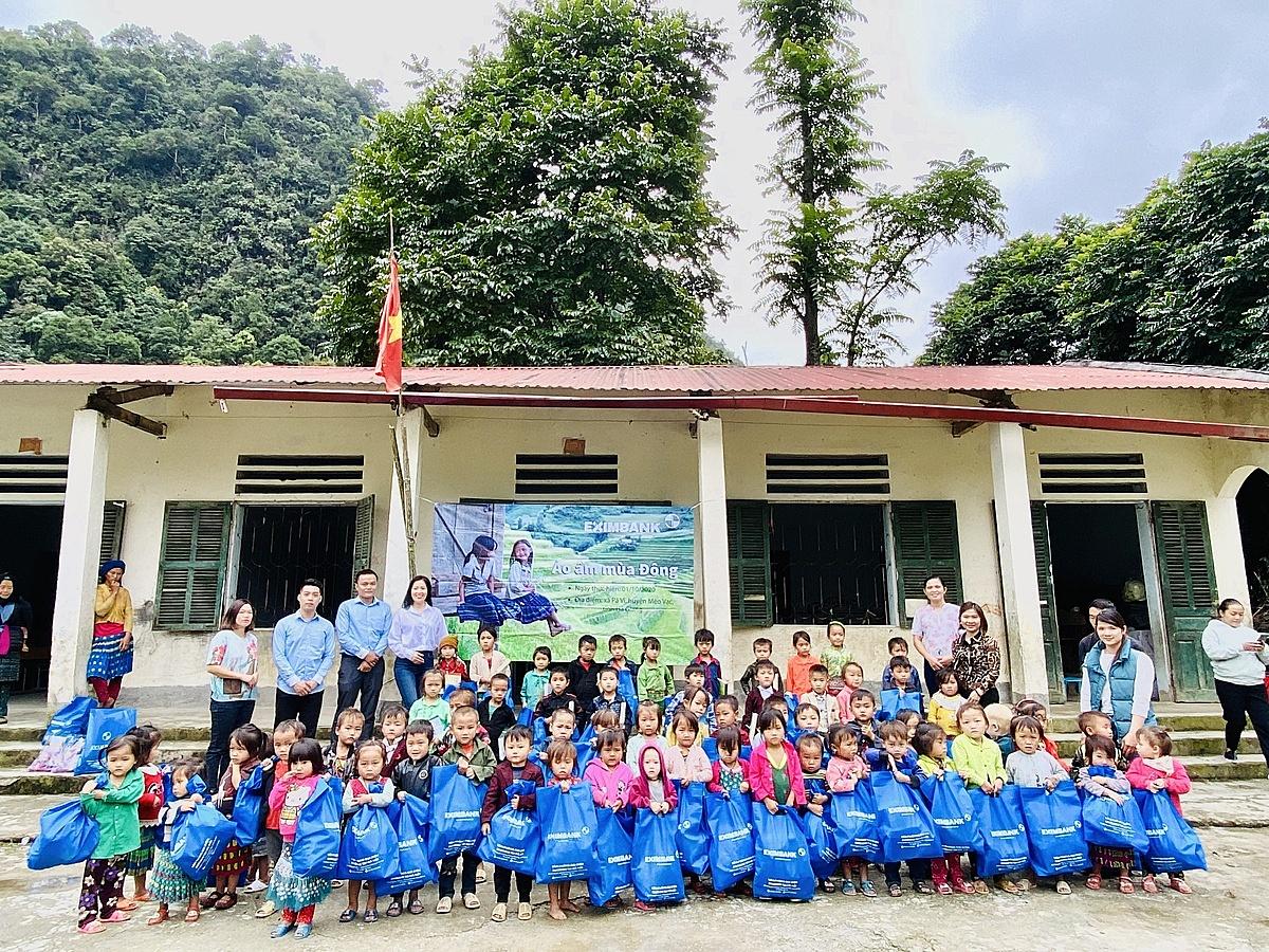 Eximbank chụp hình lưu niệm với các em nhỏ tại xã Pả Vi, huyện Mèo Vạc, tỉnh Hà Giang. Ảnh: Eximbank.