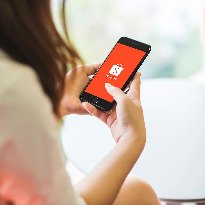 Khách hàng trải nghiệm mua sắm trên Shopee. Thông tin chi tiết về chương trình Shopee 11/11 Triệu bàn tay xem tại đây. Tải miễn phí ứng dụng Shopee trên App Store hoặc Google Play Store. Ảnh:Shopee Việt Nam.