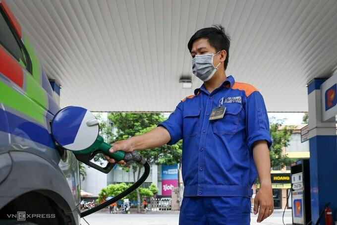 Ô tô bơm nhiên liệu tại trạm xăng của Petrolimex ở TP HCM. Ảnh: Quỳnh Trần.