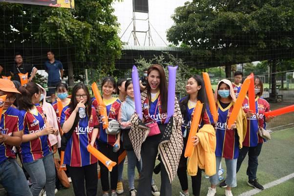 Thủy Tiên đến từ sớm ủng hộ đội tuyển FCB88 trong giải đấu Siêu hùng tranh đấu cuối tháng 9. FCB88 là cộng đồng dành cho các Cules - cổ động viên đội tuyển Barcelona tại Việt Nam. Nữ ca sĩ tự nhận là fan của Barcelona, từ khi chưa kết hôn với nam cầu thủ nổi tiếng.