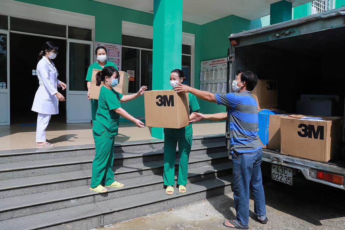 Khẩu trang 3M được chuyển tới Bệnh viện Phổi Đà Nẵng.