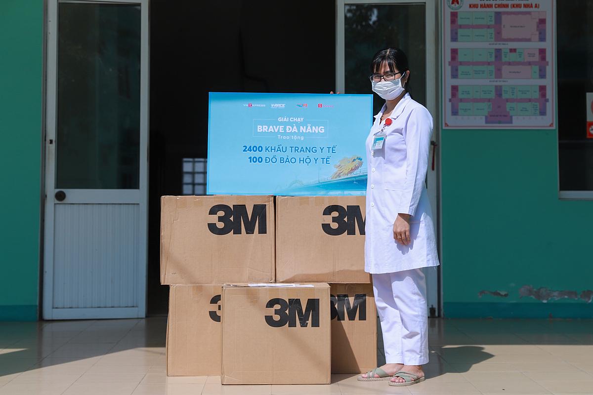 Đại diện của Bệnh viện Phổi Đà Nẵng tiếp nhận hàng nghìn khẩu trang.
