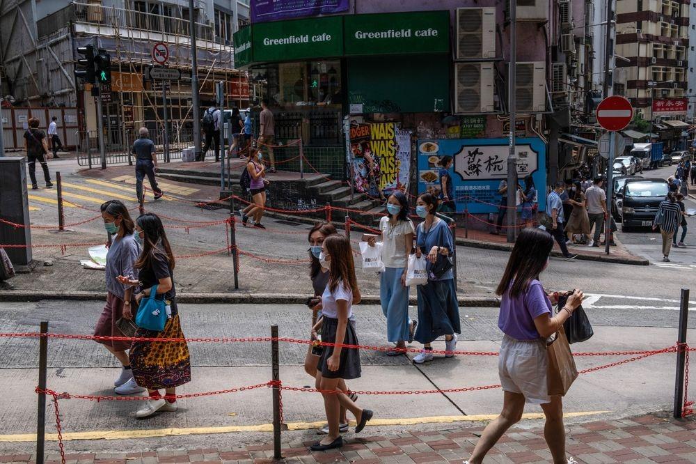 Người Hong Kong đeo khẩu trang khi ra đường. Ảnh: Bloomberg.