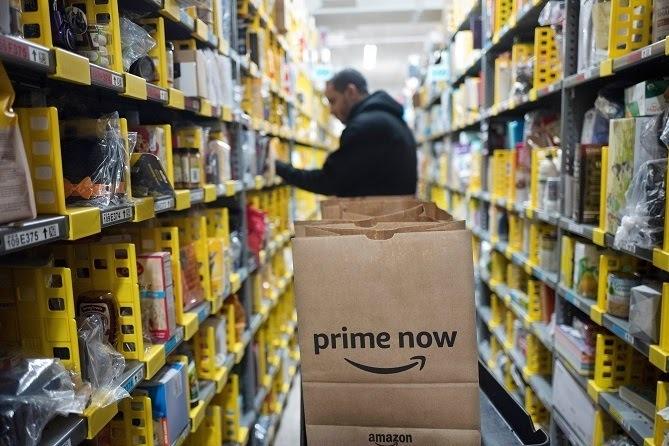 Nhân viên Amazon làm việc tại một nhà kho ở New York. Ảnh:AP.