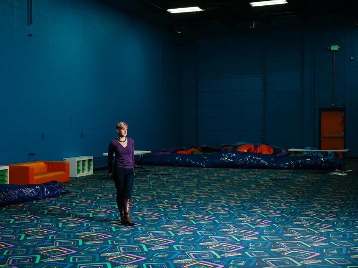 Becky Cooper trong trung tâm giải trí vẫn đang đóng cửa của gia đình. Ảnh: NYT.
