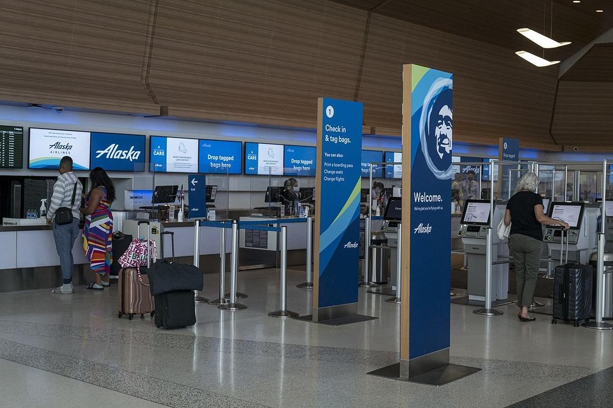 Một quầy làm thủ tục của Alaska Airlines. Ảnh: Bloomberg.