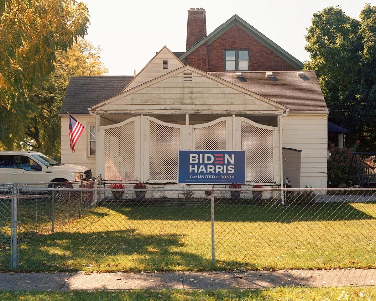Một gia đình ửng hộ Joe Biden trang trí khẩu hiệu trước nhà tại Wyandotte, Michigan. Ảnh: The New Yoker.