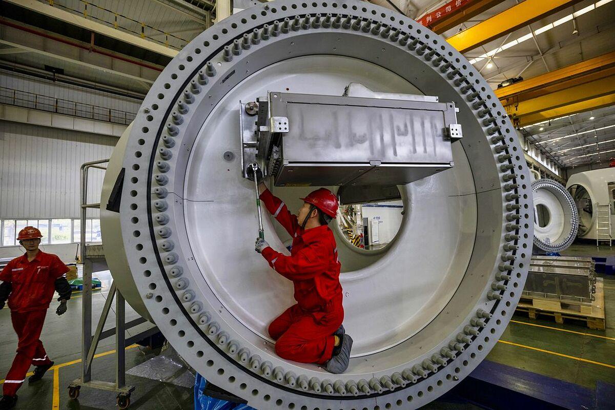 Một nhà máy sản xuất tuabin gió ở Trung Quốc. Ảnh: ALEX PLAVEVSKI.