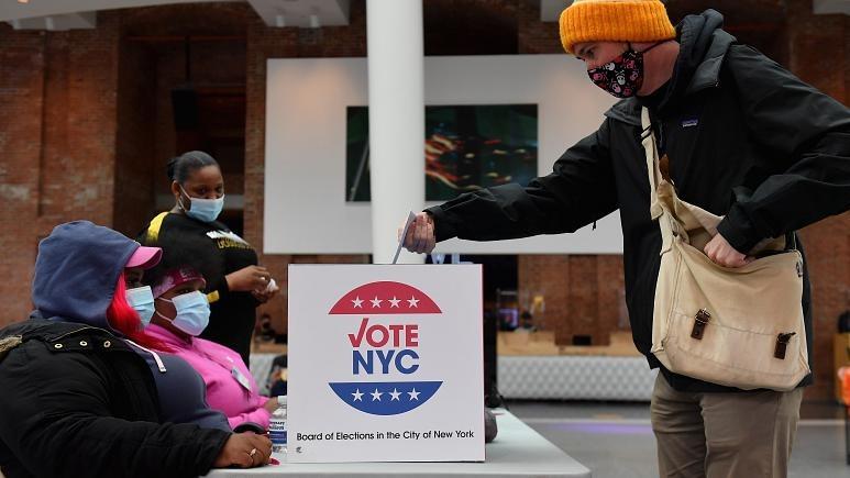 Một cử tri bi bỏ phiếu sớm tại Brooklyn Museum, New York City hôm 30/10. Ảnh: AFP.
