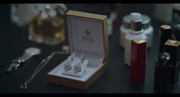 Các sản phẩm của PNJ xuất hiện trong nhiều phân cảnh khi niềm tin bị đánh mất trong bộ phim Tiệc trăng máu.