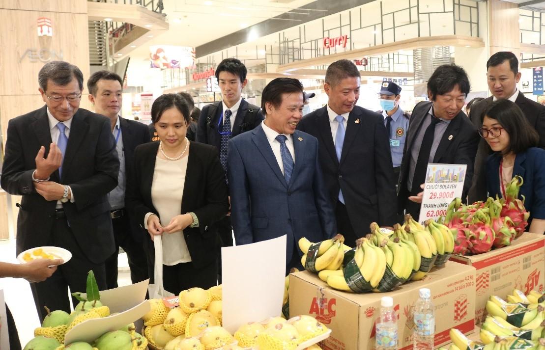 Ông Watanabe Nobuhiro - Tổng Lãnh sự Nhật Bản tại TP HCM (trái) và đại diện AEON tham quan các gian hàng tại tuần lễ triển lãm sản phẩm doanh nghiệp Việt. Ảnh: AEON Việt Nam.