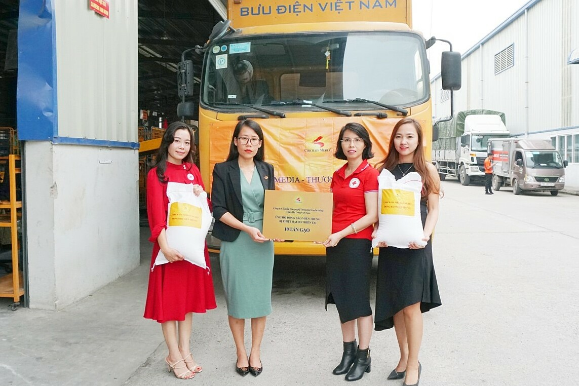 Công ty Chicilon Media trao 10 tấn gạo cho Trung ương Hội Chữ thập đỏ Việt Nam. Ảnh: Chicilon Media.