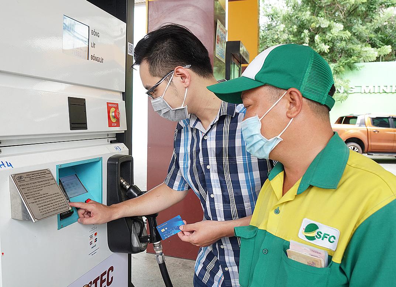 Khách hàng có thể chủ động chọn số tiền hoặc số lít xăng cần mua, thực hiện thanh toán chạm thẻ Sacombank Contactless trên máy POS tại trụ bơm xăng. Ảnh: Sacombank.