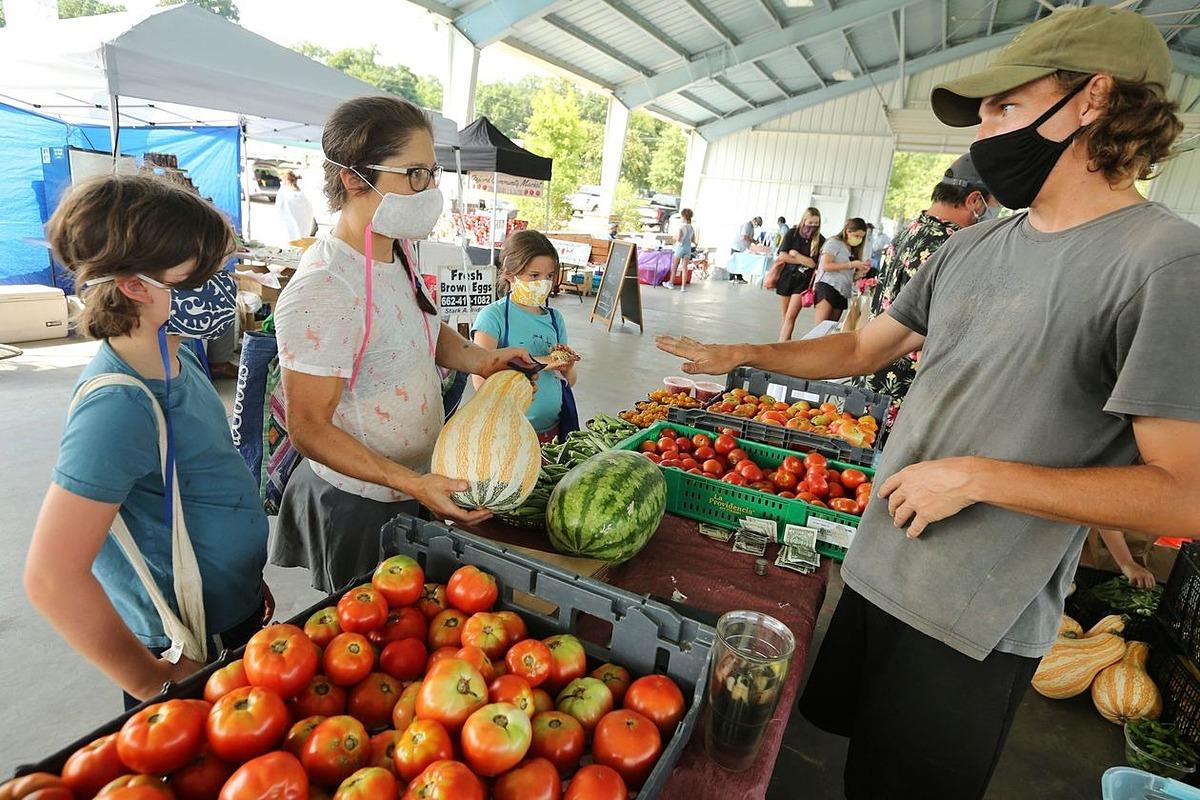 Người Mỹ mua sắm tại một chợ nông sản ở Oxford, Mississippi vào tháng trước. Ảnh: AP.