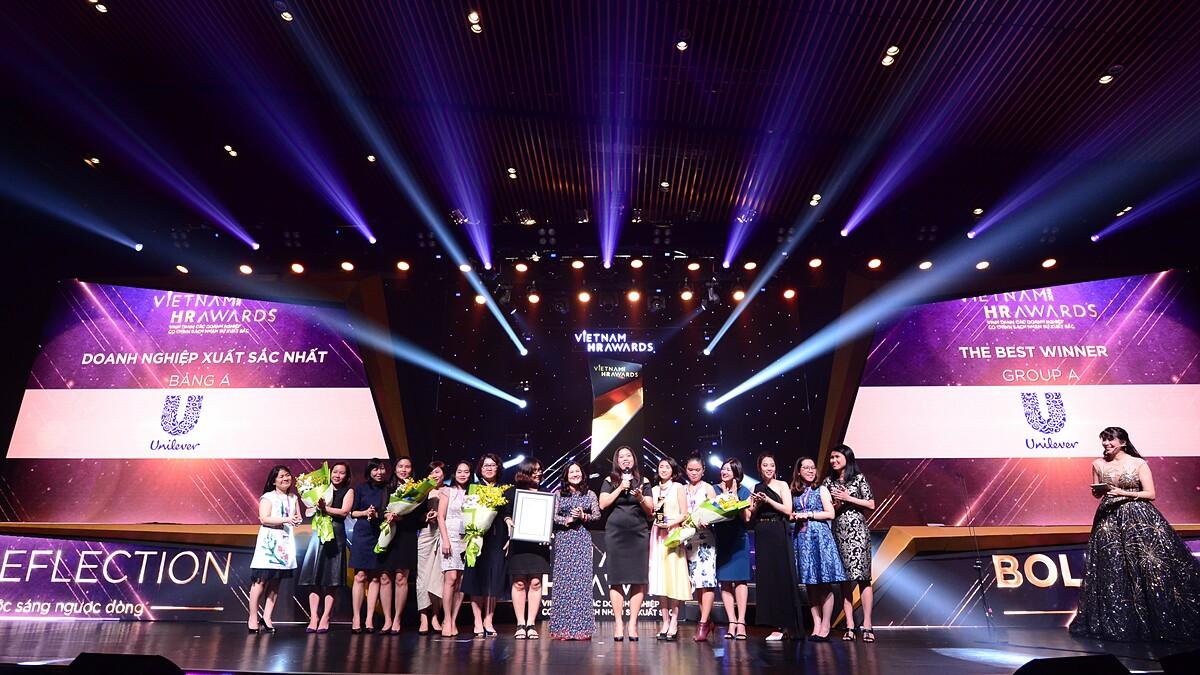 Các doanh nghiệp nhận giải trong lễ trao giải Vietnam HR Awards 2019. Ảnh: Anphabe.