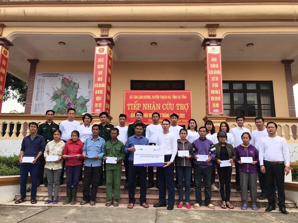 Đoàn cứu trợ của MB Ageas Life trao quà tại tỉnh Hà Tĩnh.