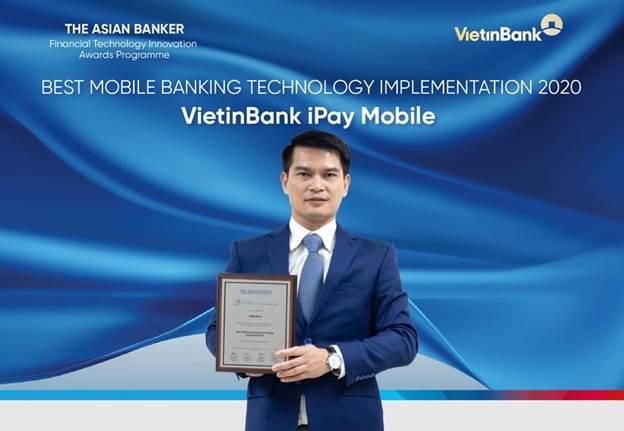 Ông Đàm Hồng Tiến - Giám đốc Khối Bán lẻ VietinBank nhận giải thưởng từ The Asian Banker.