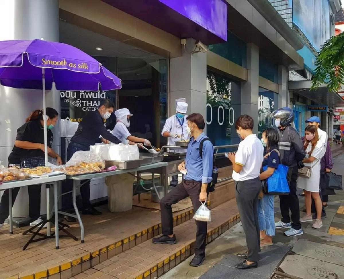 Người Thái xếp hàng mua bánh quẩy của Thai Airways. Ảnh: Spring News.