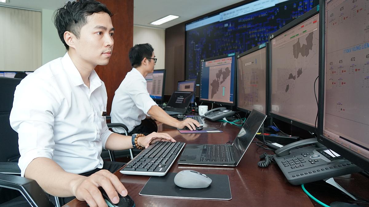 Nhân viên theo dõi, vận hành điều khiển từ xa hệ thống trạm và lưới điện tại các tỉnh phía Nam. Ảnh: CSKH EVNSPC.