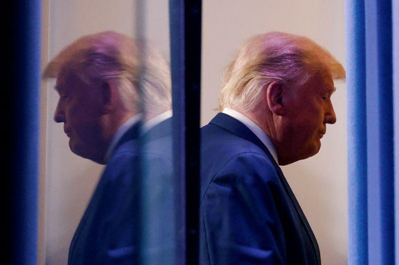 Tổng thống Donald Trump rời đi sau một cuộc họp báo hôm 5/11. Ảnh: Reuters