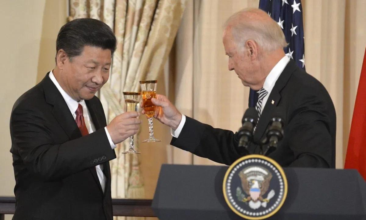 Ông Tập Cận Bình cụng ly với Joe Biden, khi ông làm Phó tổng thống Mỹ hồi tháng 9/2015. Ảnh: AFP
