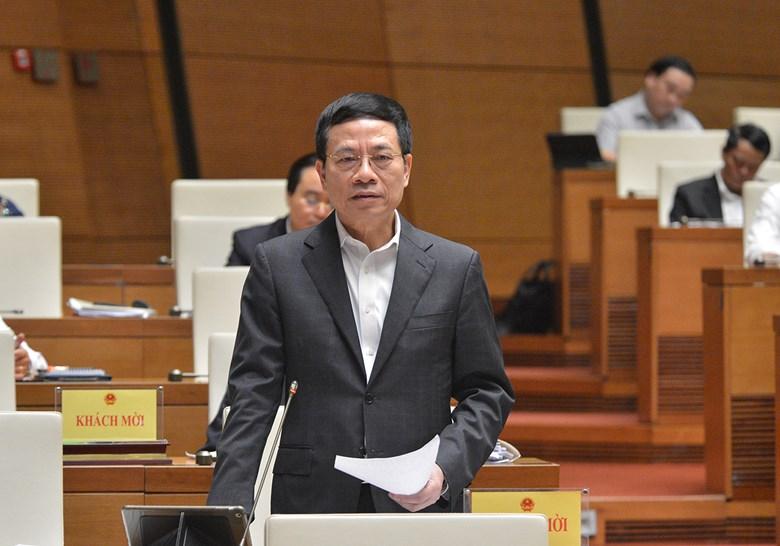 Bộ trưởng Thông tin và Truyền thông Nguyễn Mạnh Hùng trả lời chất vấn tại Quốc hội ngày 9/11. Ảnh: Trung tâm báo chí Quốc hội.