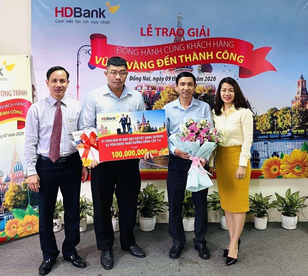 Ông Nguyễn Văn Hoàng - Giám đốc vùng Đồng Nai của HDBank kiêm giám đốc HDBank SGD Đồng Nai (ngoài cùng bên trái) trao giải thưởng chương trình 2019 cho khách hàng. Ảnh: HDBank.