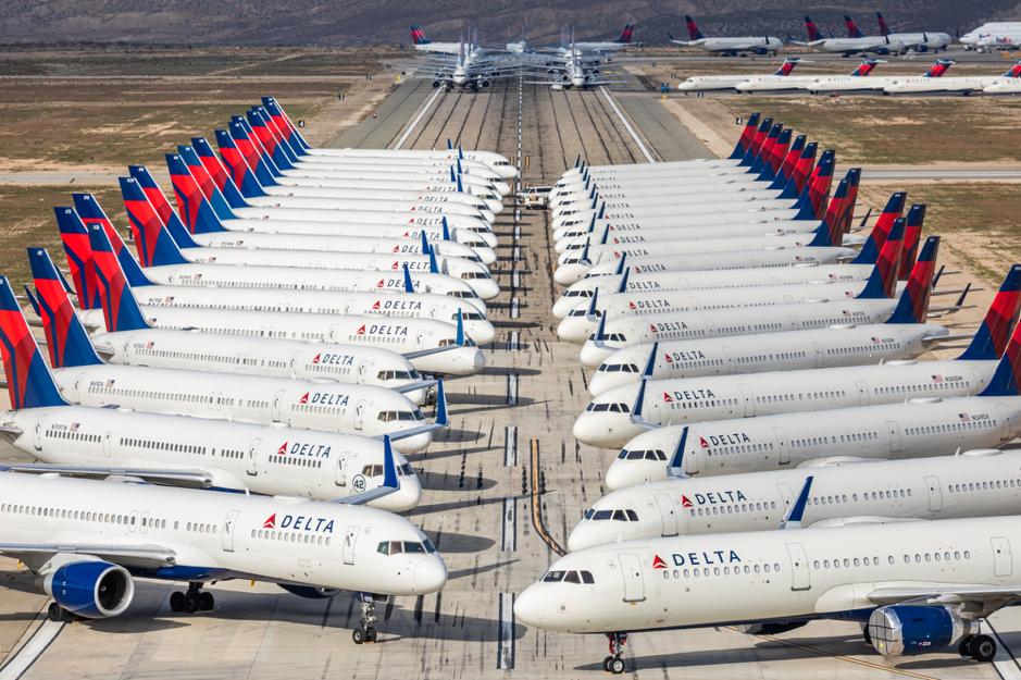 Máy bay đỗ kín trên phi trường do đại dịch. Ảnh: Bloomberg.