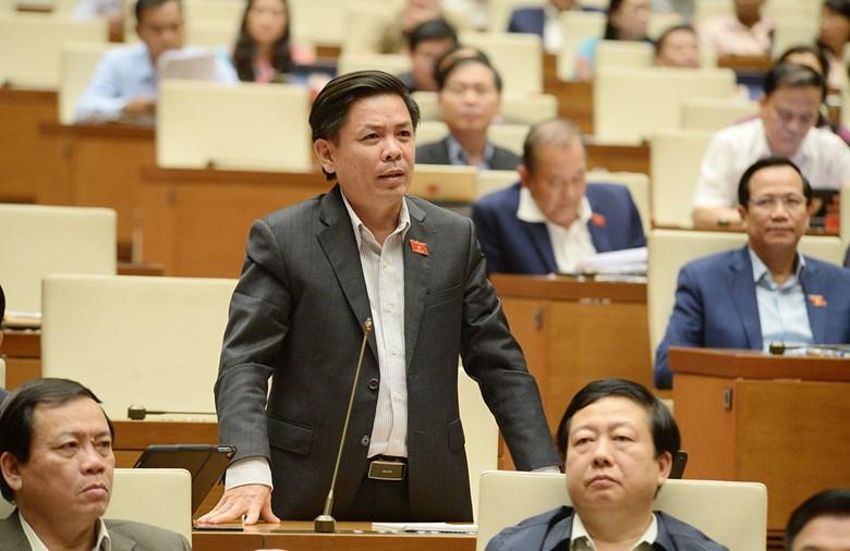 Bộ trưởng Giao thông vận tải Nguyễn Văn Thể trả lời chất vấn trước Quốc hội ngày 6/11. Ảnh: Trung tâm báo chí Quốc hội.