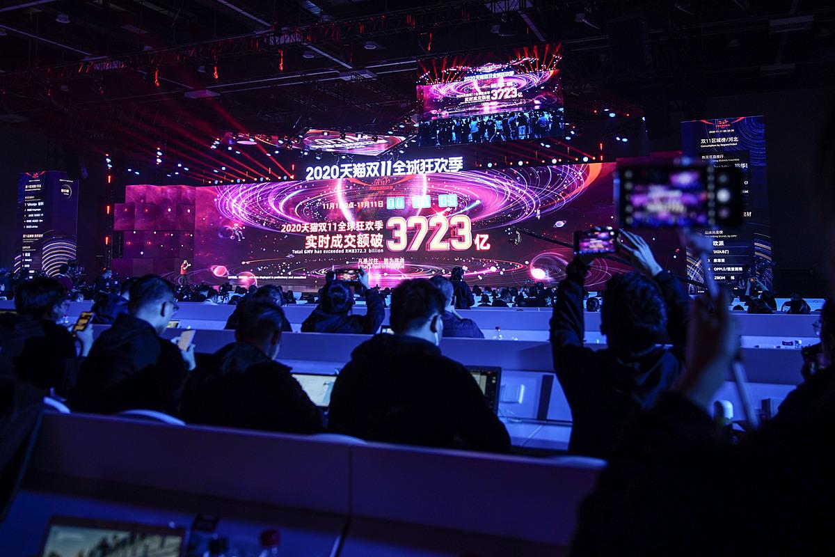 Màn hình trên sân khấu thể hiện doanh thu kỷ lục trong dịp Lễ Độc thân năm nay. Ảnh: Bloomberg