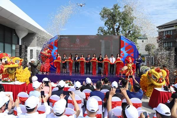 Đại diện các đơn vị cắt băng khai trương nhà mẫu dự án The Ruby Hạ Long