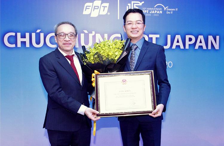 Thứ trưởng Bộ Thông tin và Truyền thông Phan Tâm (bên trái) trao bằng khen dành cho FPT Nhật Bản tới Phó tổng Giám đốc FPT Software, ông Trần Đăng Hòa.