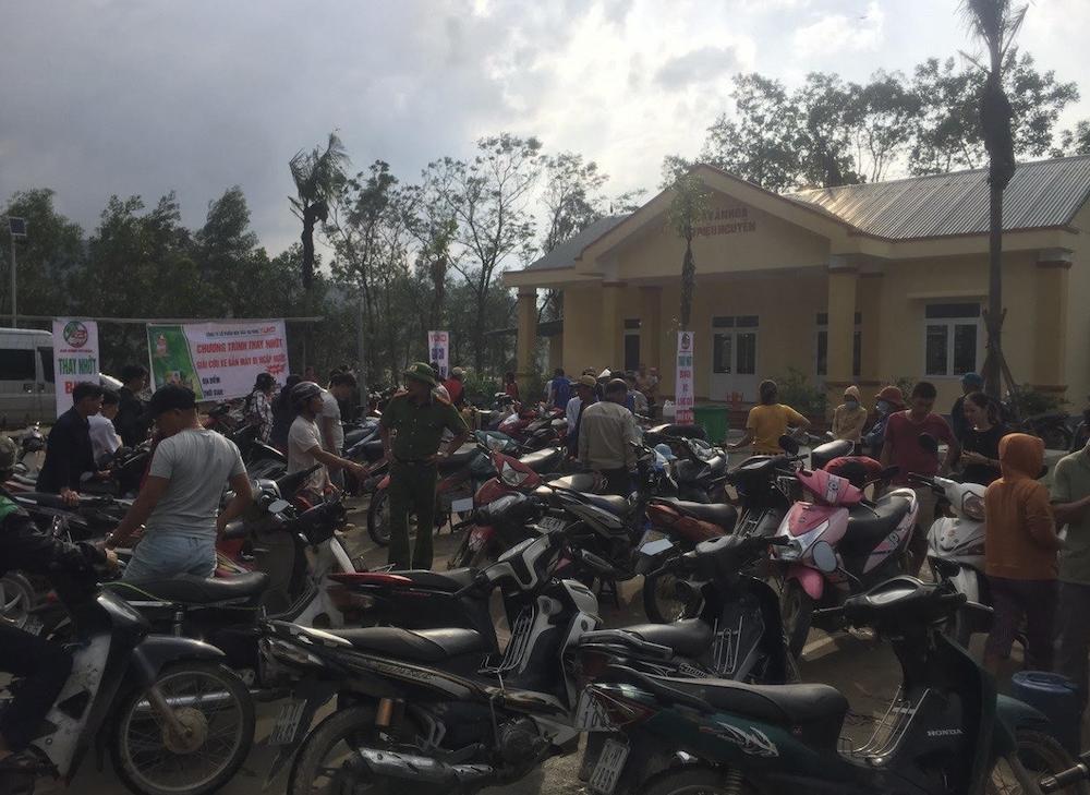 Công ty hoá dầu An Bình sửa chữa, hỗ trợ bảo dưỡng xe máy miễn phí cho người dân vùng ngập lụt.