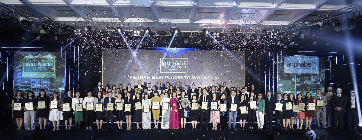 Đại diện các đơn vị nhận giải trong sự kiện vinh danh 100 nơi làm việc tốt nhất Việt Nam 2020. Ảnh: Anphabe.