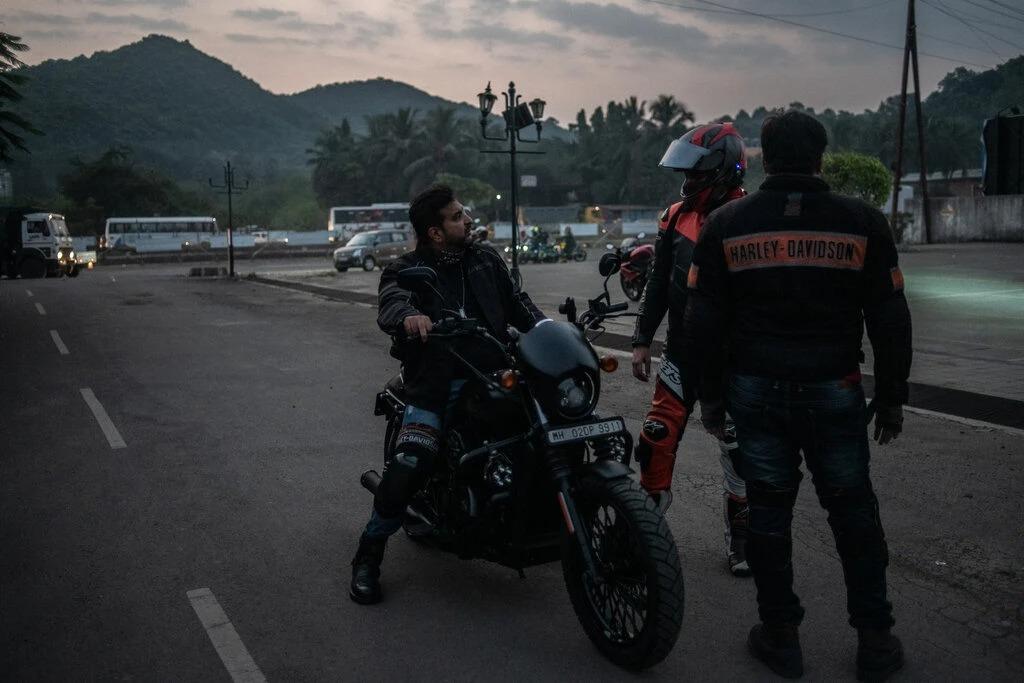 Preetam Thakoor đang lái chiếc Street 750 của ông. Ảnh: NYT.