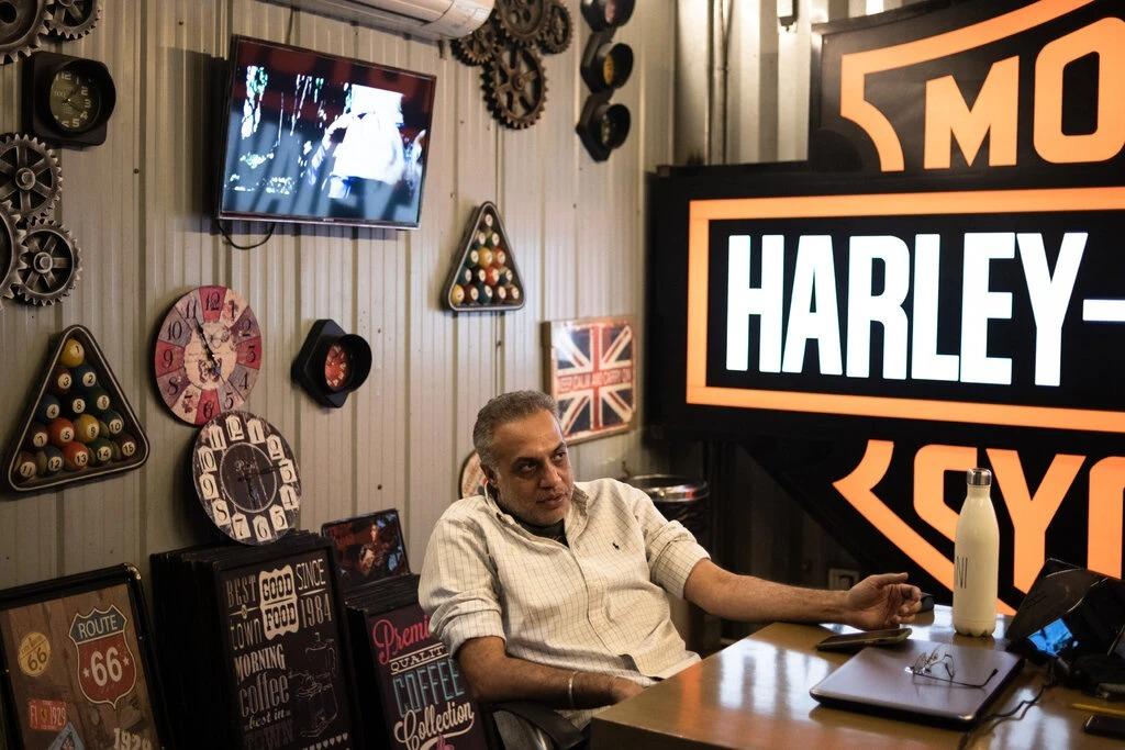 Gaurav Gulati bên trong văn phòng đại lý của ông. Ảnh: NYT.