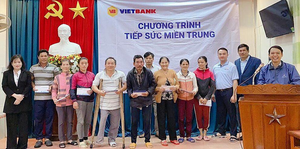 Đại diện Vietbank chụp hình cùng người dân nhận hỗ trợ tại tỉnh Quảng Ngãi. Ảnh: Vietbank.