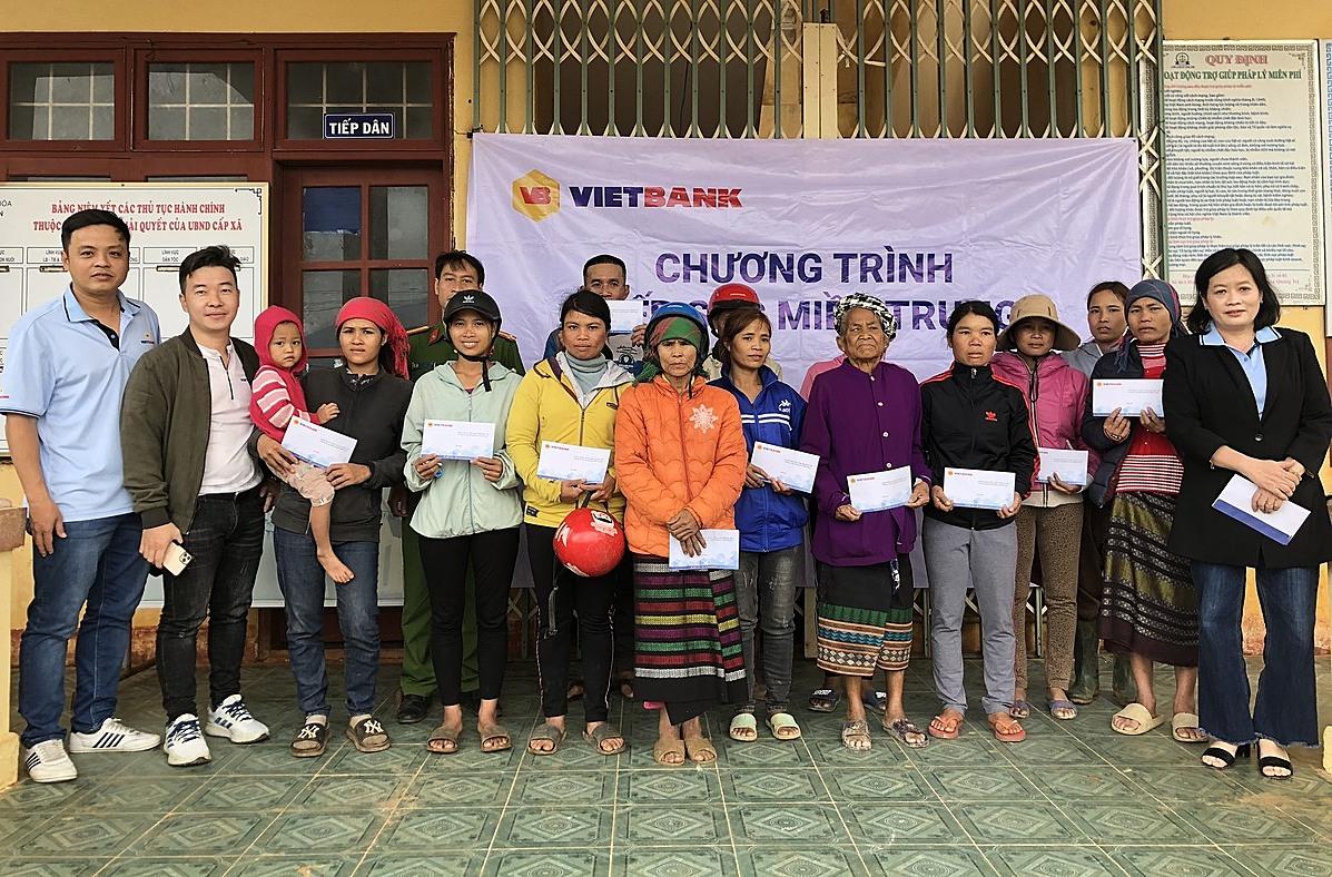Đại diện Vietbank trao tiền hỗ trợ cho người dân miền Trung trong chương trình Tiếp sức miền Trung. Ảnh: Vietbank.