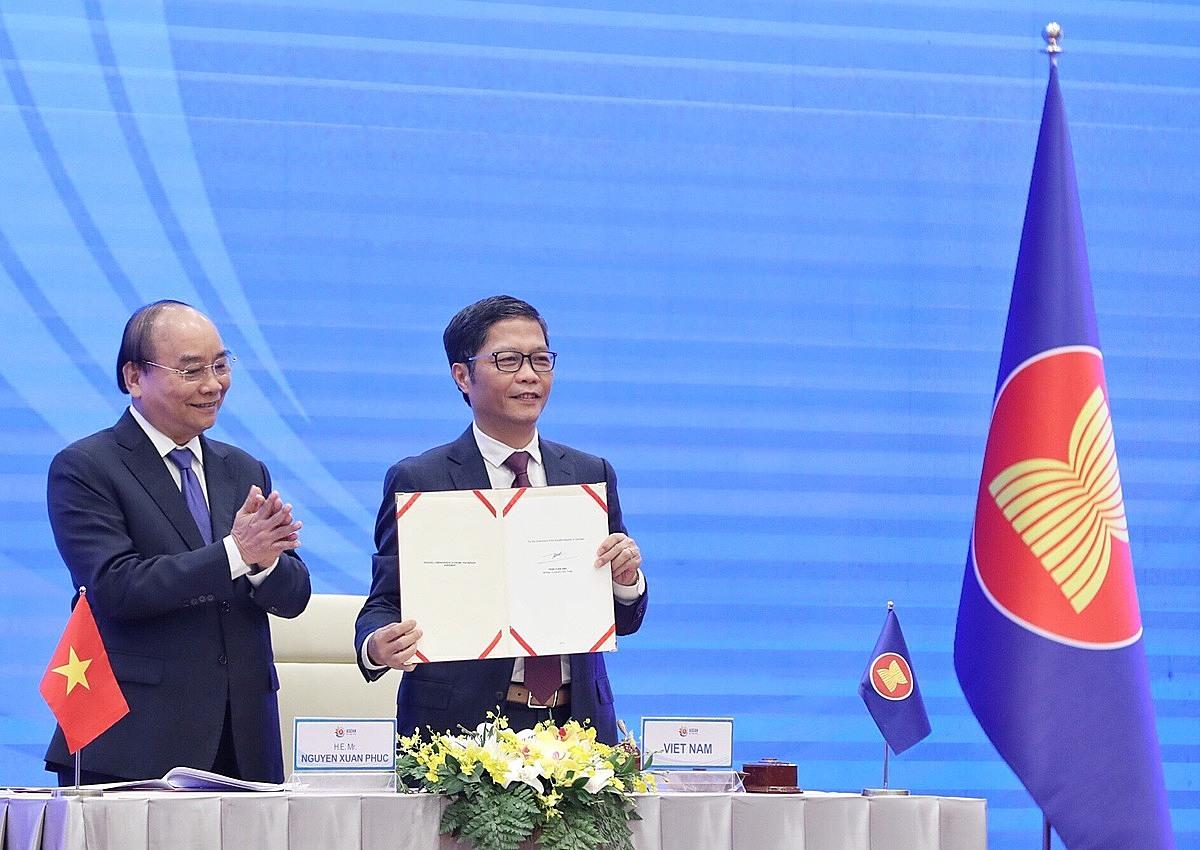Bộ trưởng Công Thương Trần Tuấn Anh ký kết RCEP trước sự chứng kiến của Thủ tướng Nguyễn Xuân Phúc sáng 15/11. Ảnh: Giang Huy.