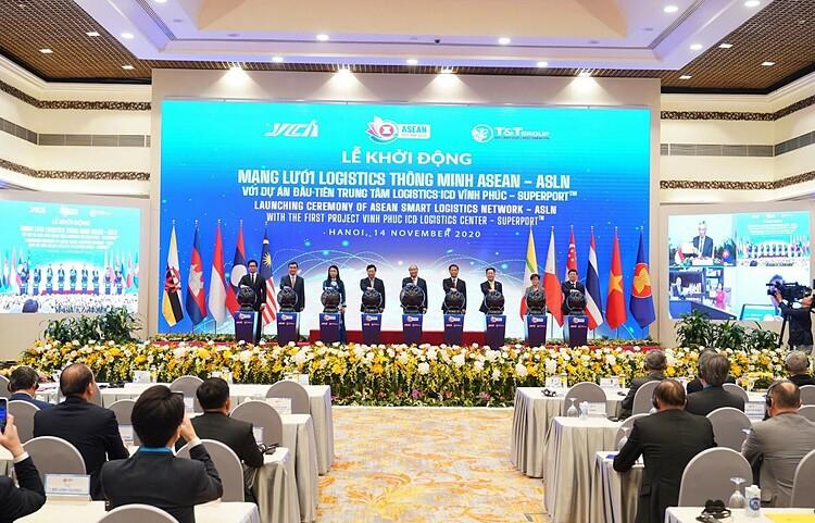 hủ tướng Chính phủ Nguyễn Xuân Phúc và các đại diện bấm nút khởi động Mạng lưới Logistics thông minh ASEAN