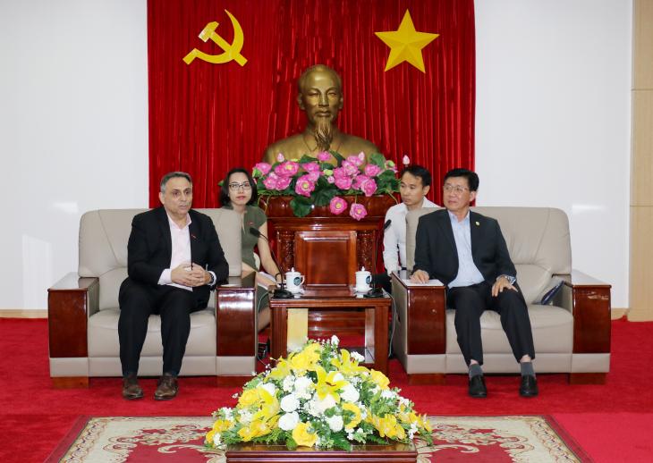 Ông Nguyễn Thanh Trúc (bìa phải) - Phó Chủ tịch UBND tỉnh tiếp và làm việc với ông Philippe Broianigo - Tổng Giám đốc Công ty Central Retail Việt Nam