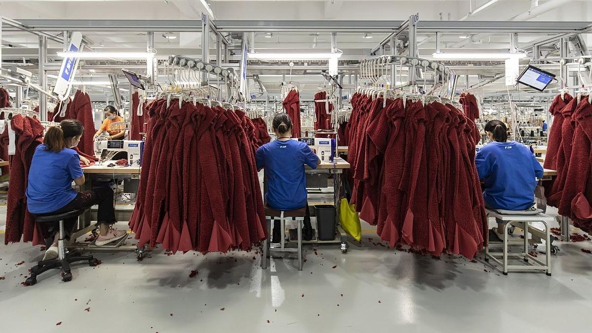 Một chuyền sản xuất hàng may mặc tại Hàng Châu, Trung Quốc vào ngày 13/10. Ảnh: Bloomberg.