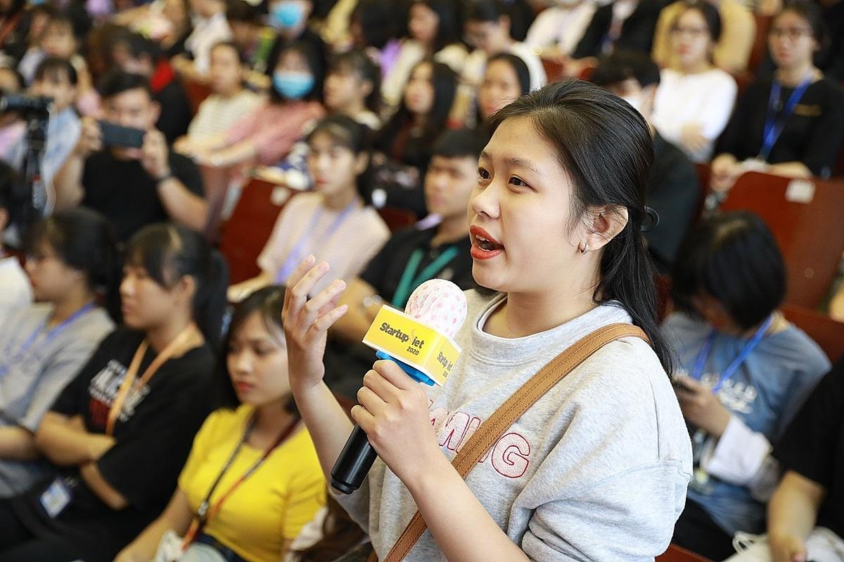 Bạn Thúy Tuyên – sinh viên năm 3, khoa Quản trị kinh doanh quốc tế hỏi hai doanh nhân làm sao vượt qua thất bại khi startup. Ảnh: Hữu Khoa.