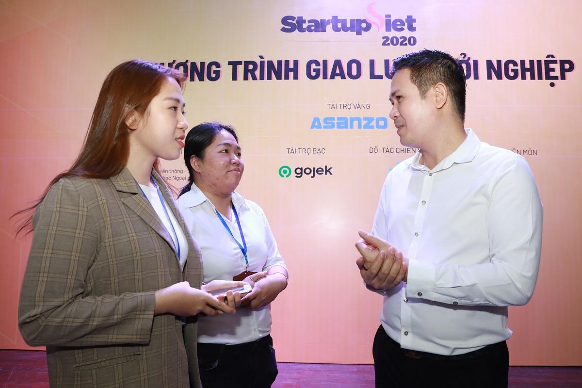 Ông Phạm Văn Tam trao đổi cùng hai nhà đồng sáng lập dự án sinh viên khởi nghiệp The Acai Holic. Ảnh: Hữu Khoa.