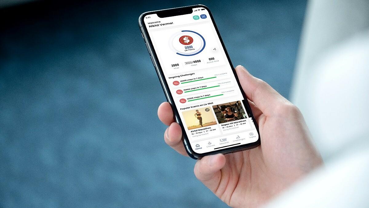 Ứng dụng LivWell quy đổi số bước chân thành điểm thưởng, từ đó người dùng có thể đổi điểm và nhận quà tặng. Ảnh: FLG.
