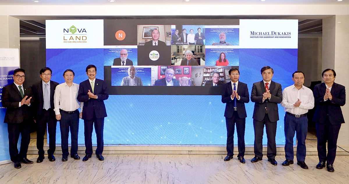 Ông Bùi Thành Nhơn - Chủ tịch HĐQT Novaland (thứ tư từ trái qua) cùng các đại diện Novaland, đối tác và Viện Michael Dukakis trong buổi công bố hợp tác giữa hai đơn vị. Ảnh: Novaland.