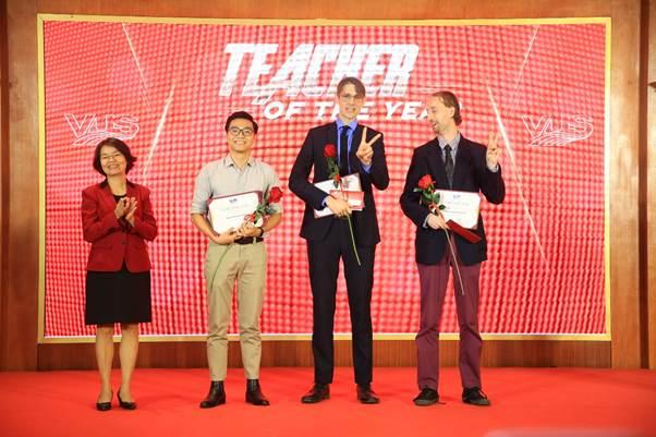 Ban tổ chức trao các giải thưởng Teacher of the year và Teacher of Distinction.
