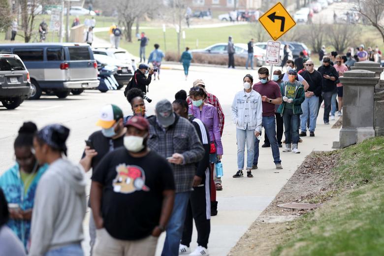 Dòng người xếp hàng trước một điểm bỏ phiếu ở Wisconsin (Mỹ). Ảnh: Reuters