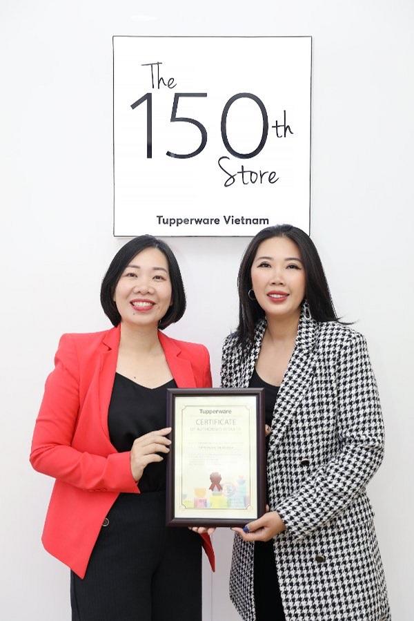 Bà...., đại diện thương hiệu Tupperware trao chứng nhận đại lý ủy quyền cho... (bổ sung)